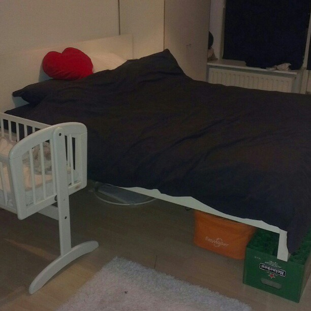 De slaapkamer is er klaar voor. Bed omhoog en het wiegje ernaast.