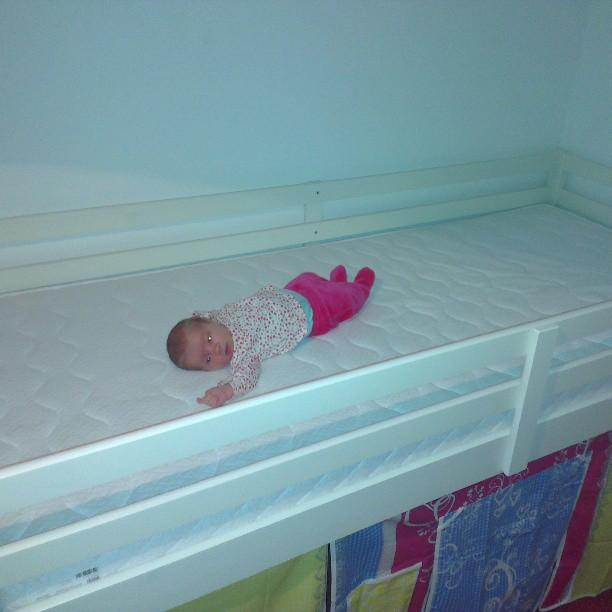 Nova op het grote nieuwe bed van haar zus.