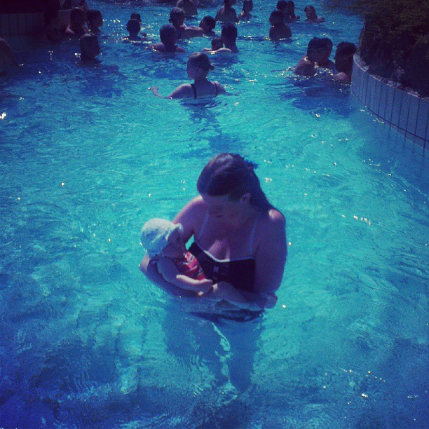 Edith en Nova in het zwembad van Center Parks.