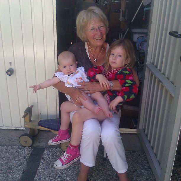 Oma past op de meisjes, opa en papa hangen de caravan achter de auto, mama maakt foto's!