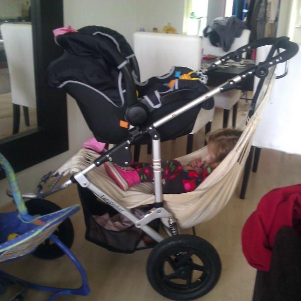 Uitvinding van de eeuw. De baby slaapzak onder de wagen gehangen voor Lyse.