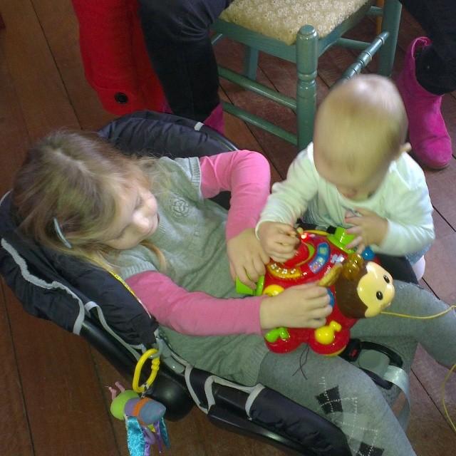 Lyse en Nova samen aan het spelen @ Holysloot
