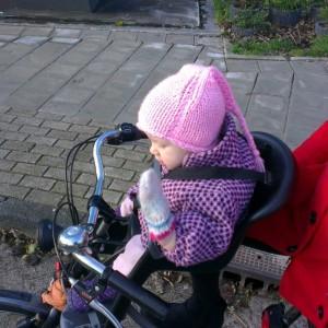 Nova voor het allereerst in het kinderstoeltje voorop de fiets! Ze vond het machtig interessant.
