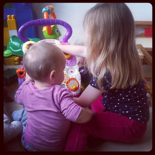 Samen spelen, zusjes zijn zoo leuk!