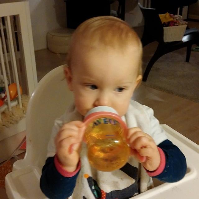 Wisten jullie al dat Nova helemaal zelf uit een flesje kan drinken?