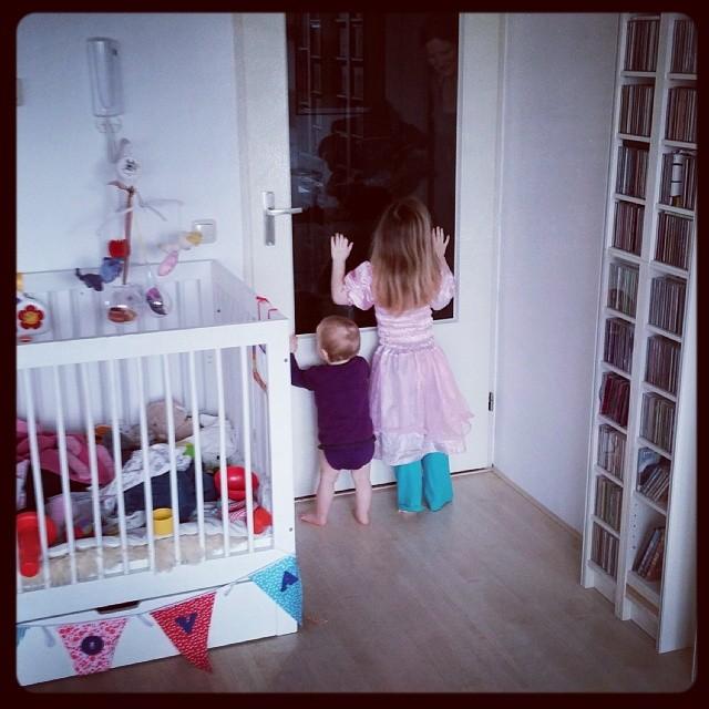 De meiden hoorden allebei mama uit de slaapkamer komen en sprintten allebei als een dolle naar de deur... ;-)