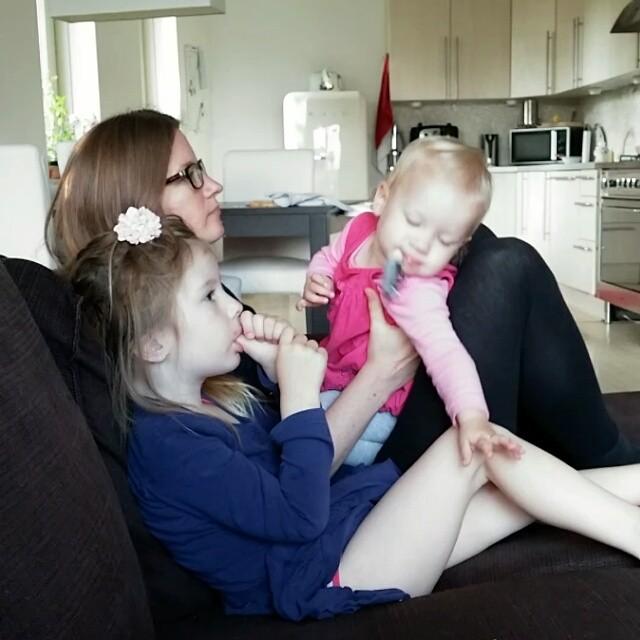 Filmpje: Nova wil naast mama en Lyse zitten.