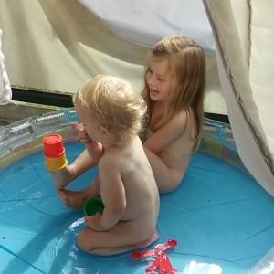Filmpje: chillen in het zwembad.