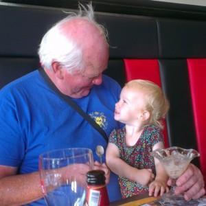 Nova en opa eten samen een ijsje