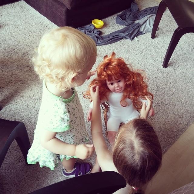 Samen met de enge pop spelen.