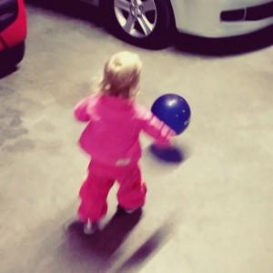 Filmpje: Nova achter een ballon aan.