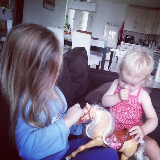 Samen met het paard spelen.