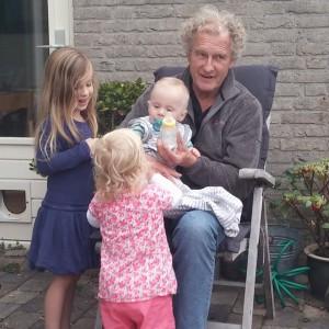 Opa met zijn drie kleinkinderen.