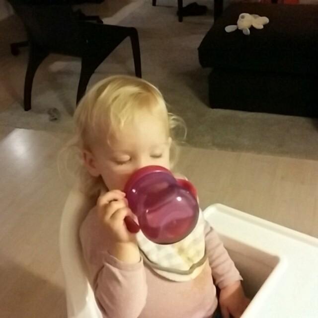 Filmpje: Nova valt bijna in slaap tijdens het drinken.
