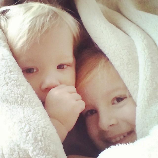 Nova en Lyse bij papa in de kamerjas.