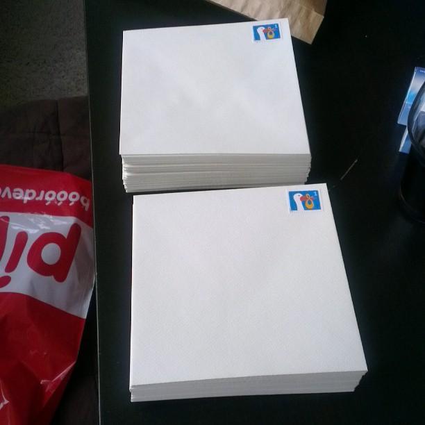 De geboortekaartjes zijn binnen, de postzegels zijn geplakt. Nu nog adressen schrijven.