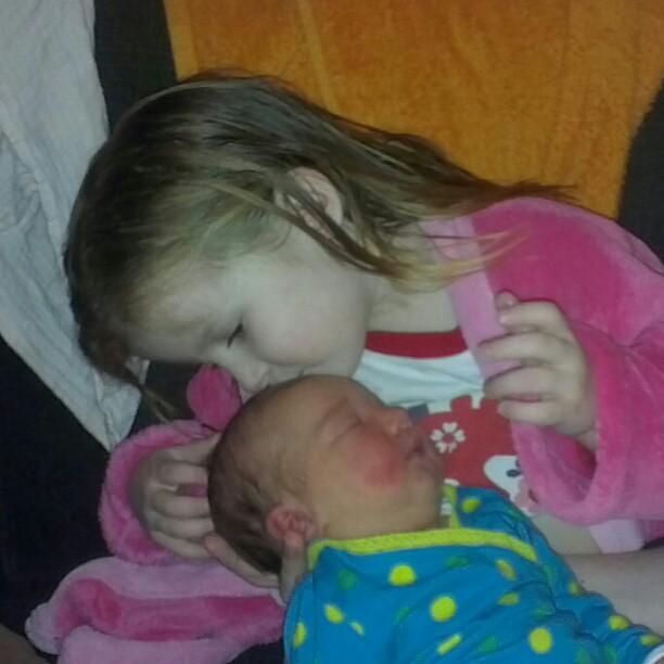 Een kus van de grote zus.