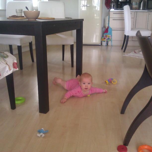 En opeens ligt ze onder de tafel! Geen smurf meer veilig!