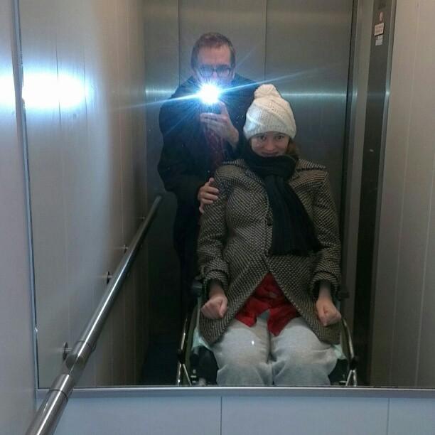 In de lift op weg naar het ziekenhuis met Nova nog in de buik.