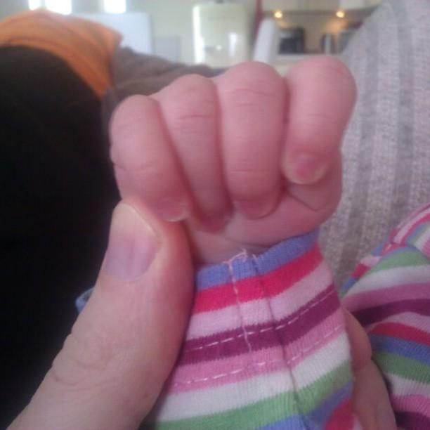 Nova verstopt haar duimpje altijd strak in haar vuistje. Het is dat we 10 vingers hebben geteld bij de geboorte maar sindsdien geen duimpje meer gezien! Morgen even checken bij het consultatiebureau.