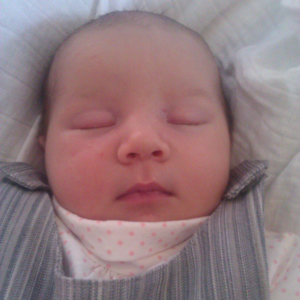 Schone slaapster, met broekpakje gemaakt door oma, hij past al!